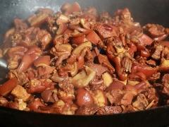 大锅的红烧肉。