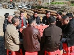 亲友们团团坐,尽情聊天畅谈。