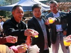 左一是老寿星陈为宝,他满面红光,一脸幸福。
