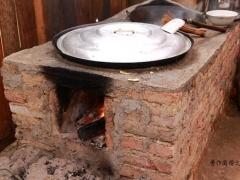 用烧柴的土灶做竹笋饭最好。如果做的量少,也可以用普通炉灶和电饭锅。