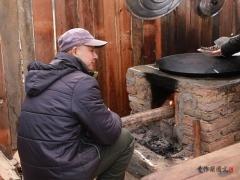 先把竹笋切成细丝,在锅里放油、放肉片煸炒,然后加入竹笋,调味,要多放一些盐,因为要有米饭的加入。