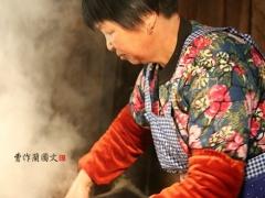 竹笋八分熟,加米,加水,进入闷饭程序,大约40分钟,一锅香喷喷的竹笋饭就做好了。