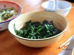 炒出来的芥菜是这个样子的,然后再加米、加水,进入闷饭程序就行了。