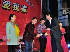 德化县人民政府副县长许华忠为原创歌曲二等奖获奖者颁奖