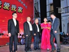 德化县教育局局长黄文和、文体新局局长陈金殿为原创歌曲三等奖获奖者颁奖