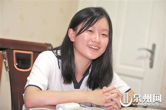 文/图)换上泉州五中校服,刚刚得知自己是泉州市文科高考状元的蒋