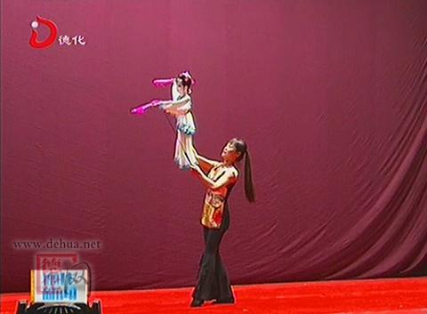 扬州市木偶剧团的演员为观众们献上精彩的杖头木偶