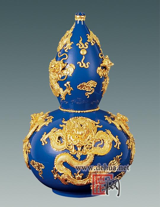 <p>名称:春意盎然</p> <p>作者:徐少东</p> <p>规格:60×60×280cm</p> <p>赏析:此作品是在高贵典雅的蓝釉瓷瓶上手工制作出中国龙的图案,并镶嵌金箔,工艺繁琐,艺术价值较高。</p>