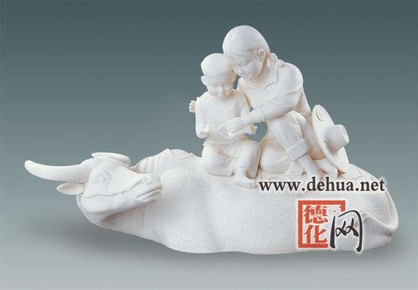 <p>名称:蹉跎岁月</p> <p>作者:陈仁海</p> <p>规格:45×15×26cm</p> <p>赏析:作品在题材上一改德化瓷雕偏重于传统的习惯,运用瓷雕艺术来表现知识青年上山下乡那个特定历史年代的情景。</p>