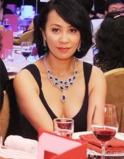 刘嘉玲戴超大珠宝现身 低胸性感显贵气