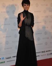 李宇春现身时尚盛典 罕见裙装惊艳亮相