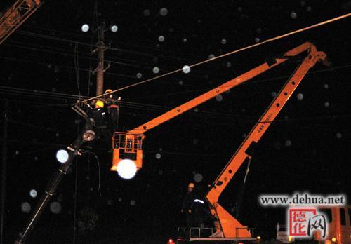 轿车撞断电线杆 连夜抢修保供电