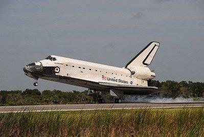 美国奋进号航天飞机结束16天太空之旅顺利回家