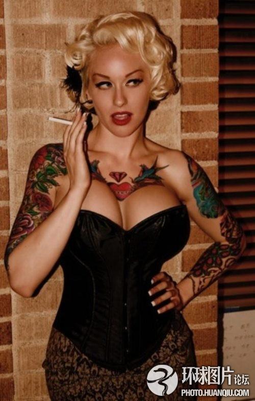国外美女大胆秀另类纹身